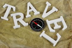 Белое перемещение знака и магнитный компас на выдержанном Bac рюкзака Стоковое Изображение RF