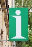 Белое письмо i на зеленой предпосылке в форме знаков дом Стоковое Изображение RF