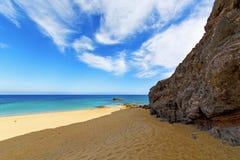 Белое побережье Лансароте в воде камня пляжа Испании и Стоковое Фото
