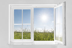Белое половинное открытое окно с солнцем Стоковая Фотография