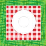 Белое пустое блюдо на красной и белой checkered ткани Стоковые Фотографии RF