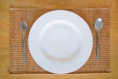 Белое пустое блюдо с комплектом ложки и вилки Стоковые Изображения RF