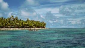 Белое плавание шлюпки аутриггера перед тропическим островом с пальмами акции видеоматериалы