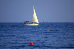 Белое плавание шлюпки стоковое изображение