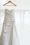 Белое платье свадьбы для невесты Стоковые Изображения RF