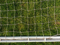 Белое плетение против зеленой травы Стоковые Фотографии RF