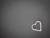 Белое сердце на серой предпосылке Стоковое Изображение RF