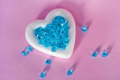 Белое сердце с голубыми кристаллами Стоковая Фотография RF