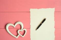 Белое сердце с примечанием, который нужно написать Стоковые Фотографии RF
