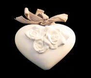 Белое сердце фарфора с розами Стоковая Фотография RF