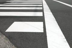Белое скрещивание зебры на дороге автомобиля городского пейзажа Стоковая Фотография