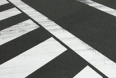 Белое скрещивание зебры на дороге автомобиля городского пейзажа Стоковые Изображения RF