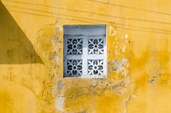 Белое старое винтажное окно на желтой стене Стоковая Фотография
