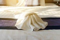 Белое украшение полотенца на кровати Стоковое Изображение RF