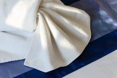 Белое украшение полотенца на кровати Стоковое фото RF