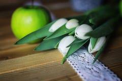 Белое яблоко тюльпана деревянное Стоковая Фотография RF