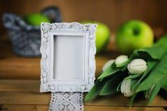 Белое яблоко тюльпана деревянное Стоковые Фото
