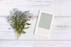 Белое ebook и забывает меня не букет Стоковые Фотографии RF