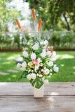 Белое folwer в вазе Стоковые Изображения RF