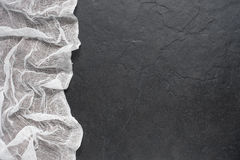 Белое gauthe на темной каменной таблице Стоковые Фотографии RF