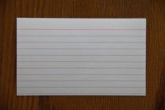 Белое notecard на деревянной таблице Стоковые Изображения RF