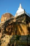 Белое stupa на верхней части утеса в Isurumuniya, Anuradhapura, Шри-Ланка Стоковое фото RF