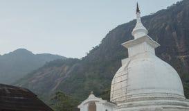 Белое stupa под пиком ` s Адама в Шри-Ланке Стоковые Фотографии RF