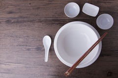 Белое tablewear установило с палочками на деревянной таблице стоковое изображение