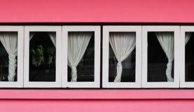 Белое Windows на розовой стене с занавесом Стоковое фото RF