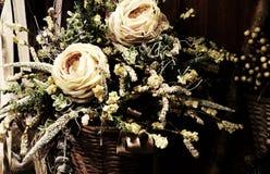 2 белой розы в флористическом украшении Стоковое фото RF