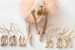 Белокурая балерина в студии Стоковые Изображения