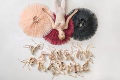 Белокурая балерина лежит в студии Стоковое Фото