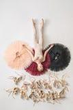Белокурая балерина лежит в студии Стоковые Изображения RF