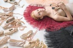 Белокурая балерина лежит в студии Стоковое Изображение RF