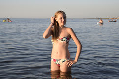 Белокурая девушка в бикини стоя в морской воде Красивая молодая женщина в красочном бикини на предпосылке моря Стоковые Фотографии RF