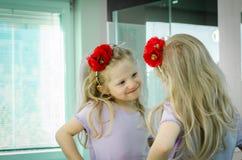 Белокурая девушка в зеркале стоковое изображение