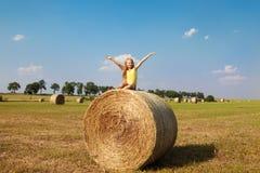 Белокурая девушка в поле осени Стоковая Фотография RF