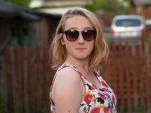 Белокурая девушка в glases стоковое фото