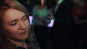Белокурая девушка играя игра-угадайку чертежа на событии торжества в баре акции видеоматериалы