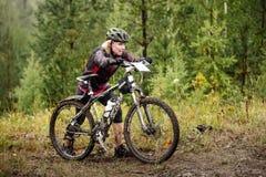 Белокурая девушка идет к горе с моим велосипедом Стоковое фото RF