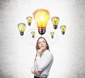 Белокурая девушка и множественные шарики желтого света Стоковые Фото