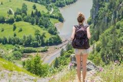 Белокурая девушка наслаждаясь взглядом Стоковое Фото