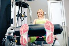 Белокурая девушка на работать спортзала Стоковое Изображение