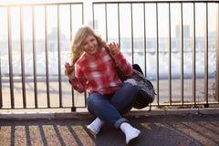 Белокурая девушка на улице Стоковое фото RF