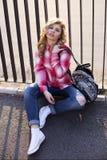 Белокурая девушка на улице Стоковые Изображения RF