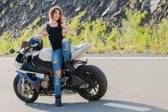 Белокурая девушка около современного мотоцикла стоковые изображения rf