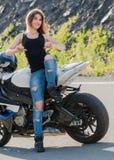 Белокурая девушка около современного мотоцикла стоковое изображение rf