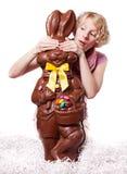 Белокурая девушка пряча глаза зайчика шоколада Стоковое Изображение RF