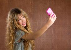 Белокурая девушка ребенк фотографируя с портретом мобильного телефона ретро Стоковая Фотография