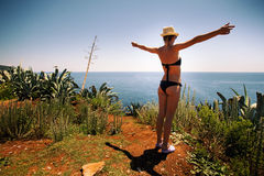 Белокурая девушка с сексуальным бикини, шляпой и солнечными очками Стоковое Фото